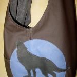 Tasche mit heulendem Wolf